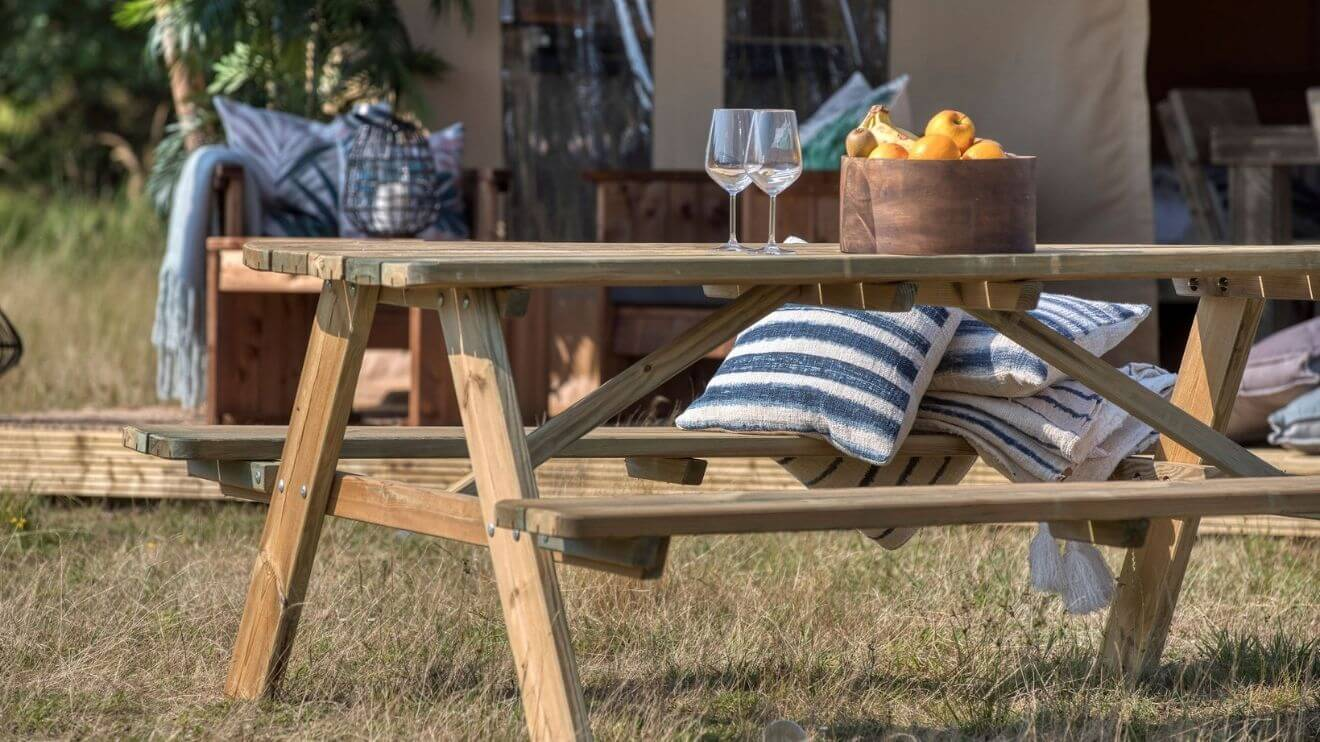 YALA_interior_Raw_picknicktable_with_pillows