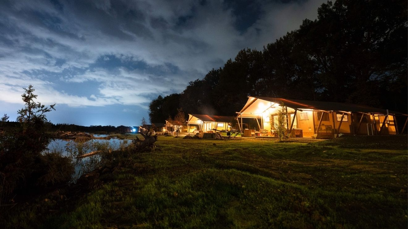 YALA_luxury_canvas_lodges_Sankoty_Lakes_USA_by_night