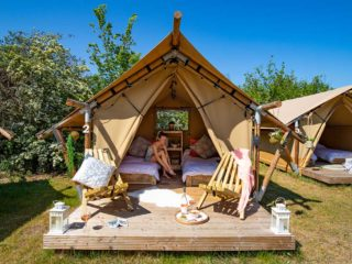 YALA_Sparkle_with_guest_landscape - Safari tents and glamping lodges