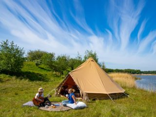 YALA_BellTent_at_EigenWijze_Netherlands_couple_before_tent_landscape - safaritenten en glamping lodges