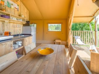 YALA_Sunshine_dining_table_and_kitchen - safaritenten en glamping lodges