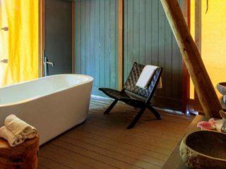 YALA_Supernova_bathroom_with_furniture_landscape - safaritenten en glamping lodges