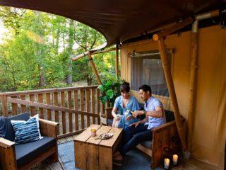 YALA_Dreamer_couple_on_veranda_landscape - Safarizelte und Glamping Lodges