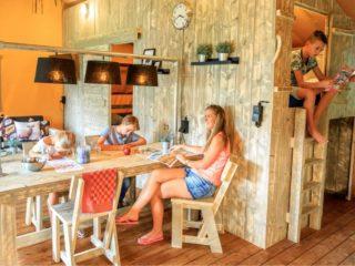 YALA_Dreamer_interior_with_family_Zandhegge - Safarizelte und Glamping Lodges
