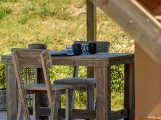 YALA_Shimmer_at_campsite_diningtable - Safarizelte & Glamping Lodges