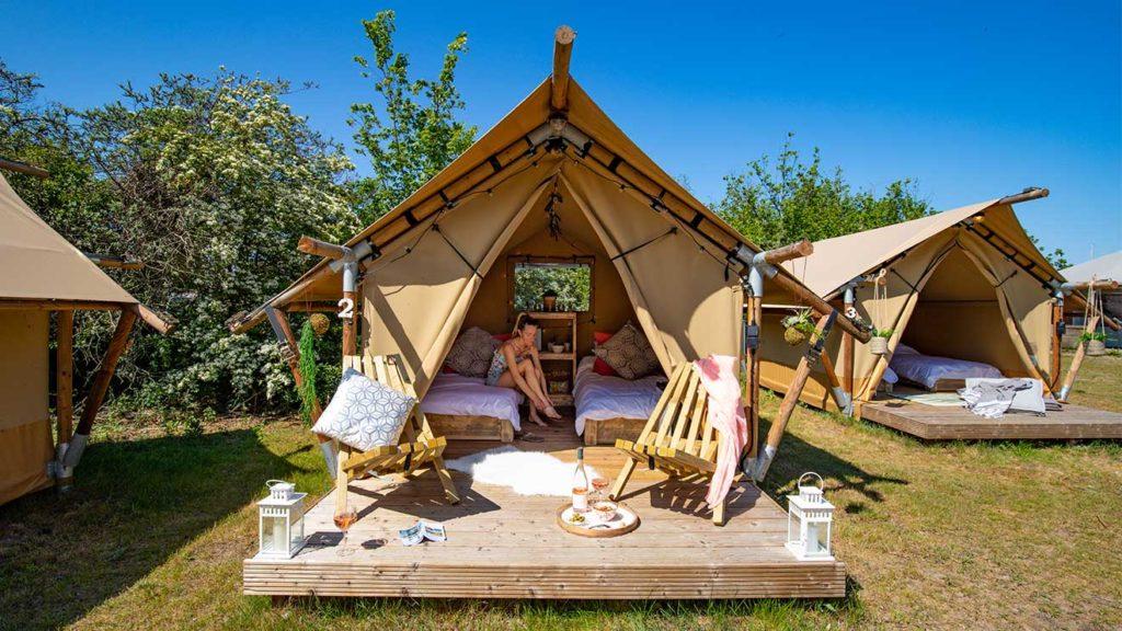 YALA_Sparkle_with_guest_landscape - Safarizelte & Glamping Lodges