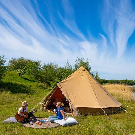 YALA_BellTent_at_EigenWijze_Netherlands_couple_before_tent_landscape - safaritenten en glamping lodges