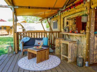 YALA_Dreamer_veranda_with_bar_landscape - サファリテント & グランピングロッジ