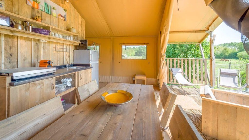 YALA_Sunshine_dining_table_and_kitchen - サファリテント & ゲランピングロッジ